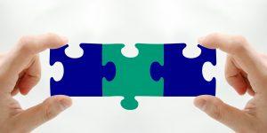 puzzle assemblé entre les mains pour illustrer le coaching pro de Laurence Coiffard